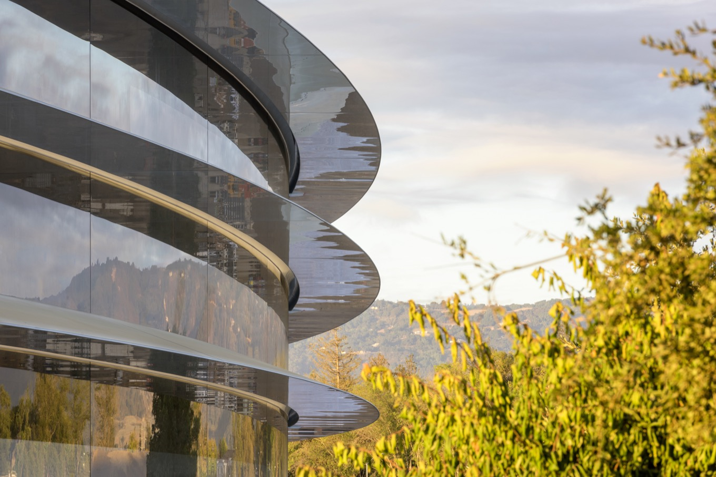 apple-park-glass building.jpg